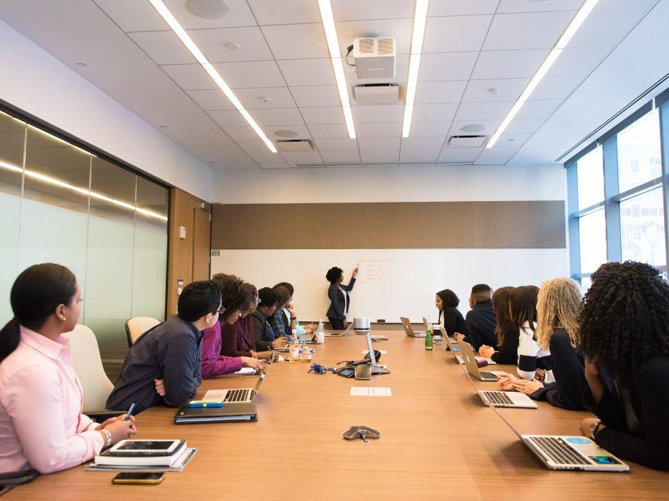 Los resultados de tu empresa están directamente relacionados con la calidad de tus decisiones. Todos sabemos que la misión de un directivo, además de dirigir, es la de tomar decisiones, decisiones que se toman en las reuniones. Pues bien, déjame que te diga que la calidad de tus decisiones está directamente relacionada, con la calidad de tus reuniones.