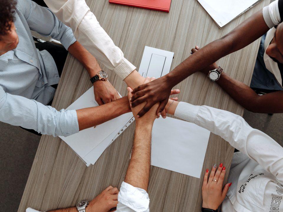 ¿Somos capaces de tolerar, en nuestras líneas de producción, en nuestras líneas de distribución, de comerciales, en nuestros equipos de trabajo, en general, a trabajadores que no piensan, actúan y ni viven como el resto de compañeros o trabajadores que componen la línea o el equipo de trabajo?